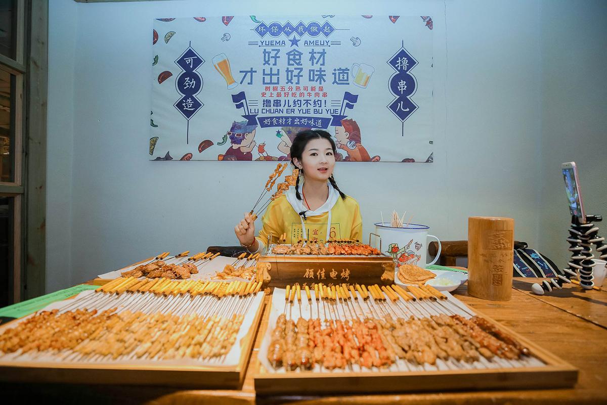 Mukbang ăn uống với số lượng lớn để thu hút người xem.