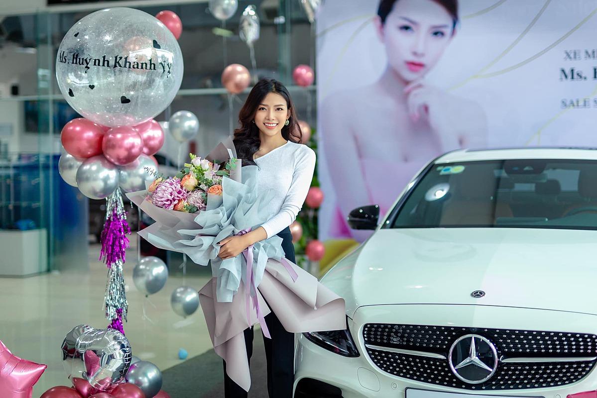 Khánh Vy nhận xe Phan Mạnh Quỳnh tặng.