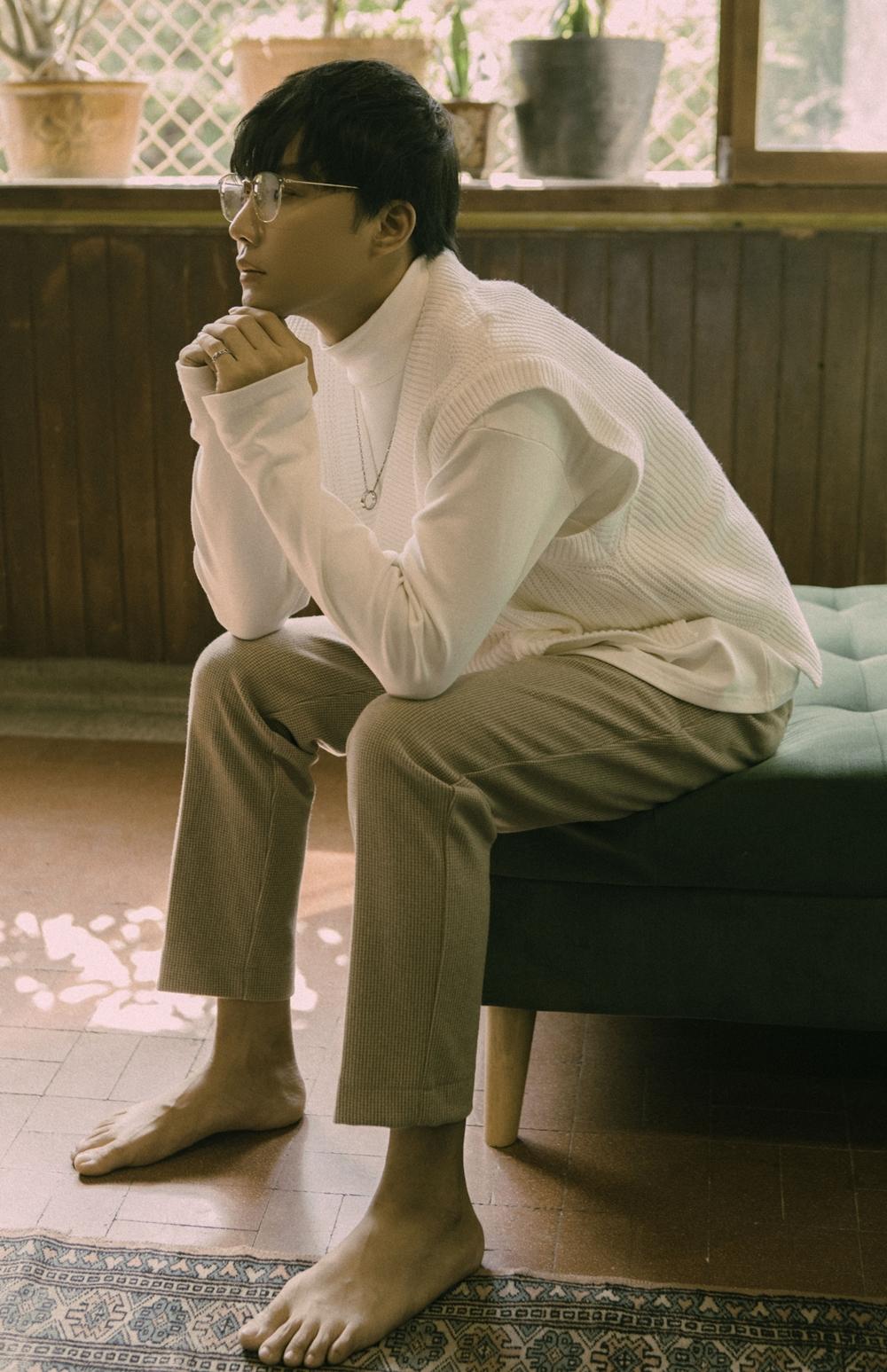 Không chọn cách debut khi có bàn đạp từ một cuộc thi, Chánh Tín tập trung học luyện thanh, kỹ năng diễn xuất để vững vàng đi đường dài. Anh chàng vừa cho ra mắt MV debut Vượt qua giới hạn, kết hợp cùng nhạc sĩ hit-maker Vương Anh Tú.
