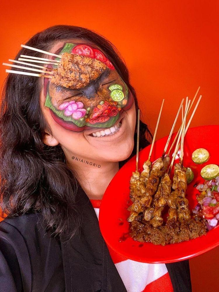 Nia Ingrid nổi tiếng trên mạng xã hội với khả năng tô vẽ lên mặt nhiều món ăn đặc sản của Indonesia.