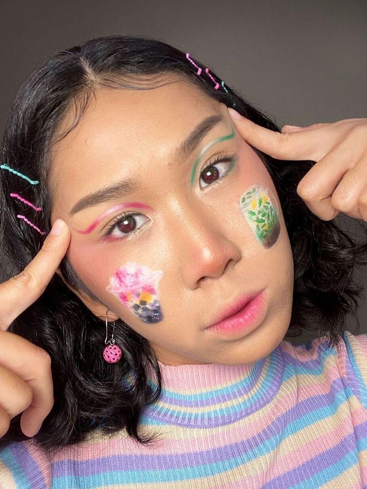 Nia bắt đầu theo trang điểm chuyên nghiệp từ năm 2016. Cô sử dụng khuôn mặt của mình để vẽ nhiều loại tranh thú vị khác nhau, từ phong cảnh, nhân vật dễ thương, đến món ăn.