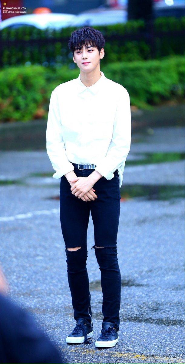 Cha Eun Woo (ASTRO) là minh chứng sống động nhất cho ví dụ về một idol vừa có mặt đẹp (tỷ lệ mặt nhỏ hơn cả con gái) lẫn body đẹp.
