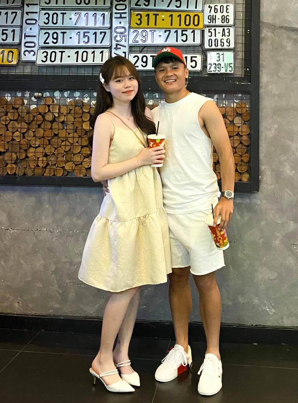 Quang Hải chia sẻ ảnh ngọt ngào trong ngày sinh nhật bạn gái.