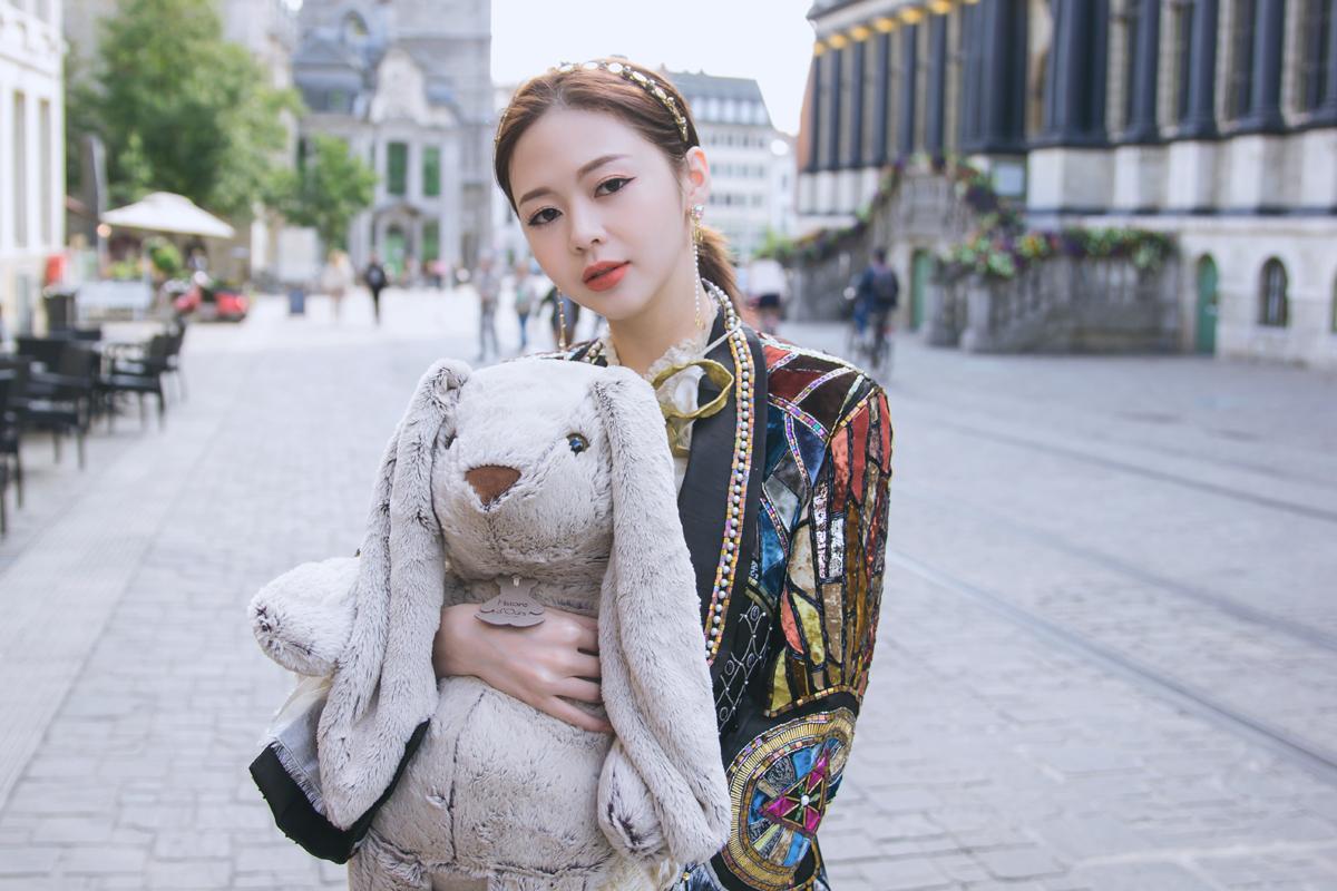 Liz Kim Cương xem gấu bông như người yêu trong Em cần một người quan tâm.