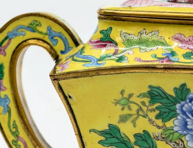 Ấm trà tráng men được cho là vật dụng được hoàng đế Trung Quốc yêu thích.