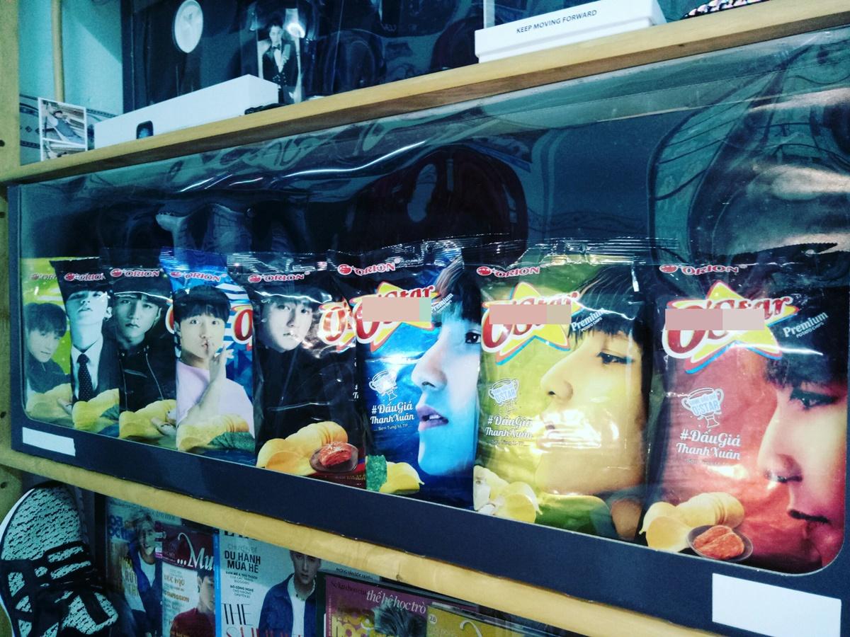 Những gói snack in hình thần tượng đã hết hạn nhưng vẫn được Thanh lưu giữ trong bộ sưu tập. Đến nay Thanh đã có 7 năm làm fan của Sơn Tùng.