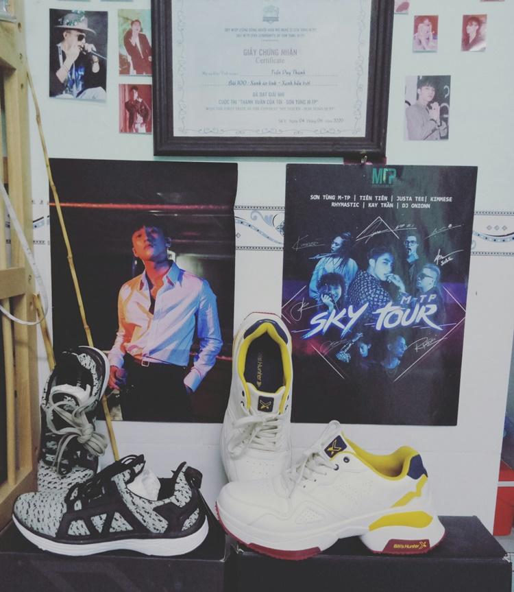 Hai đôi giày Thanh mua của thương hiệu Sơn Tùng làm đại sứ hình ảnh.