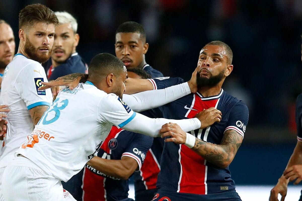 Jordan Amavi (Marseille, áo trắng) choảng nhau với Layvin Kurzawa (PSG). Ảnh: Reuters.