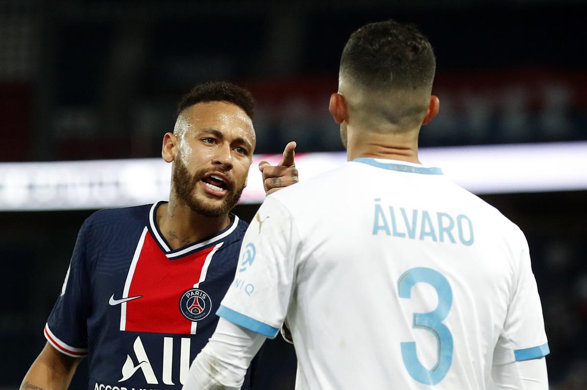 Neymar chỉ thẳng vào mặt Gonzalez.