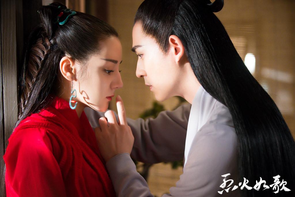 Châu Du Dân và Địch Lệ Nhiệt Ba là một đôi trong phim.
