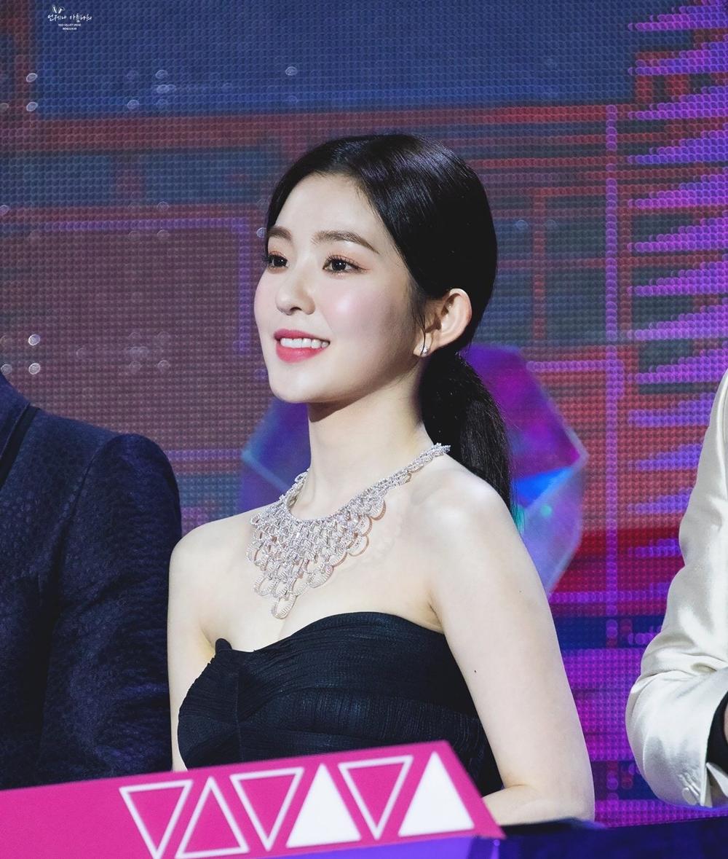 Trong lễ hội âm nhạc cuối năm 2019, Irene (Red Velvet) đeo chiếc vòng cổ kim cương đến từ thương hiệu Damiani cao cấp của Italy. Món trang sức trị giá 232.000 USD (hơn 5 tỷ đồng).