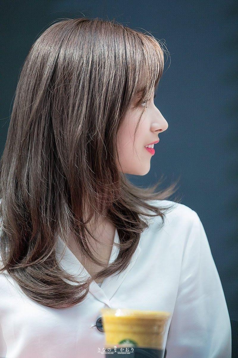 Một trong những nét đặc trưng tô điểm cho ngoại hình cuốn hút của Sana là chiếc mũi cao thanh mảnh.
