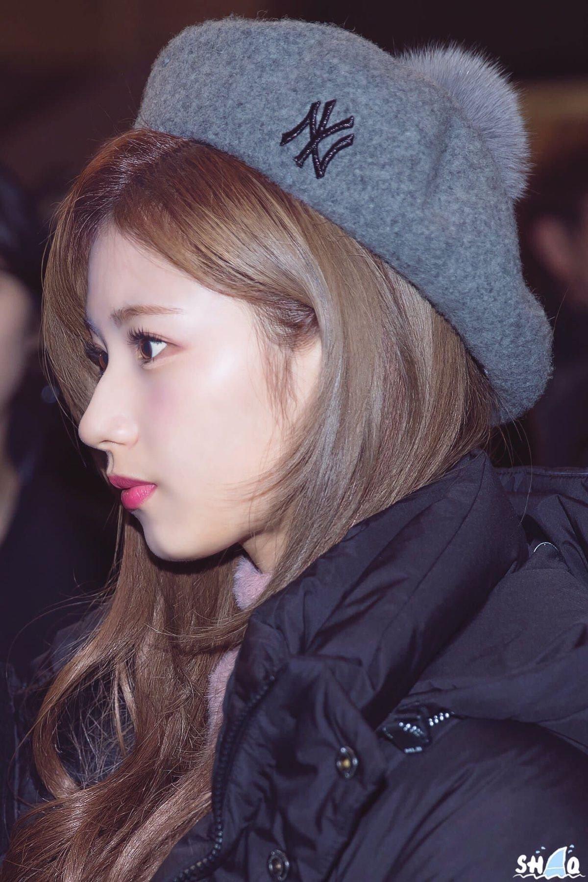 Chiếc mũi cao với đầu mũi gọn gàng mang đến cho Sana vẻ đẹp kiêu kỳ như búp bê khi nhìn nghiêng.
