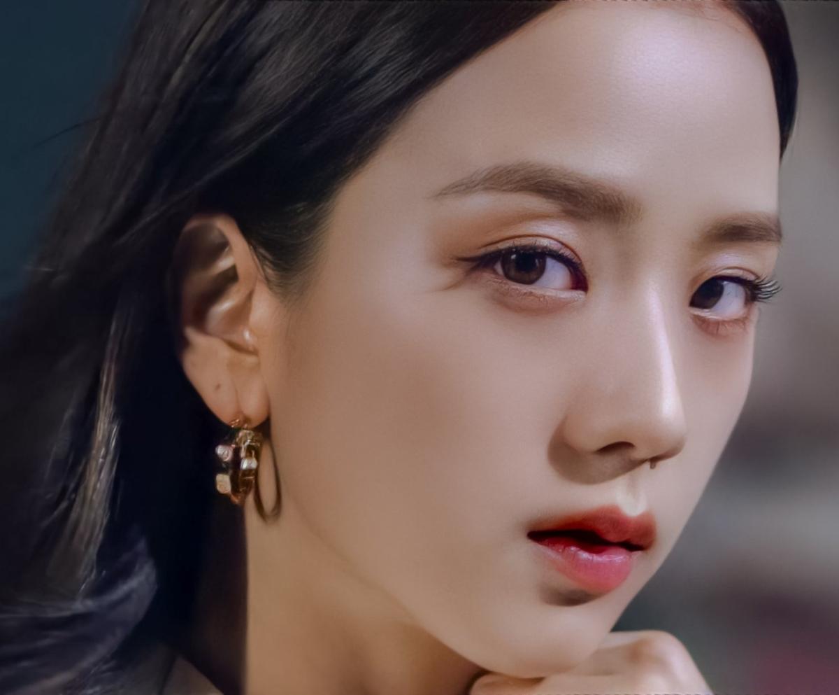 Trong bộ ảnh quảng cáo gần đây của Ji Soo, nữ idol gây trầm trồ với khoảnh khắc góc nghiêng khoe chiếc mũi cao thẳng tắp. Netizen Hàn ví von chiếc mũi của Ji Soo cao vút như cầu trượt,