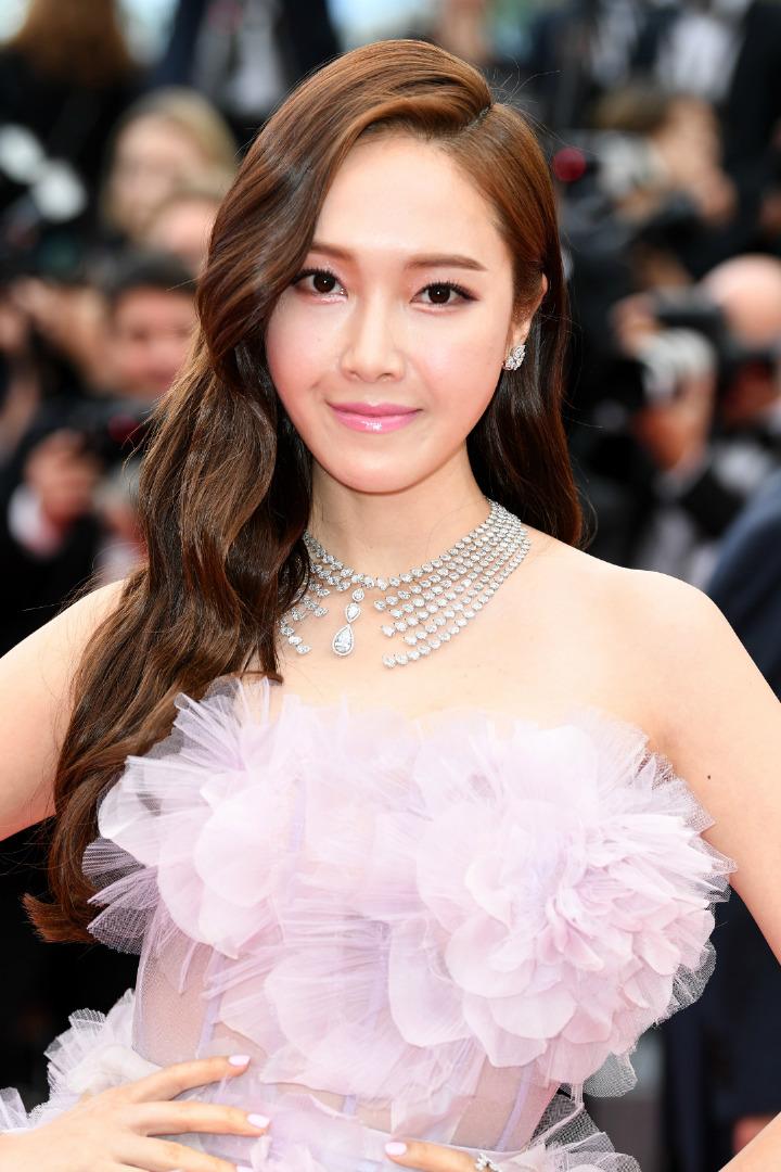 Rosé đã soán ngôi của Jessica để trở thành sao Hàn đeo trang sức đắt đỏ nhất. Trước đó Jessica từng giữ kỷ lục với chiếc vòng cổ kim cương Messika giá 824.000 USD (19 tỷ đồng) mà cô từng diện khi dự liên hoan phim Cannes năm 2018.