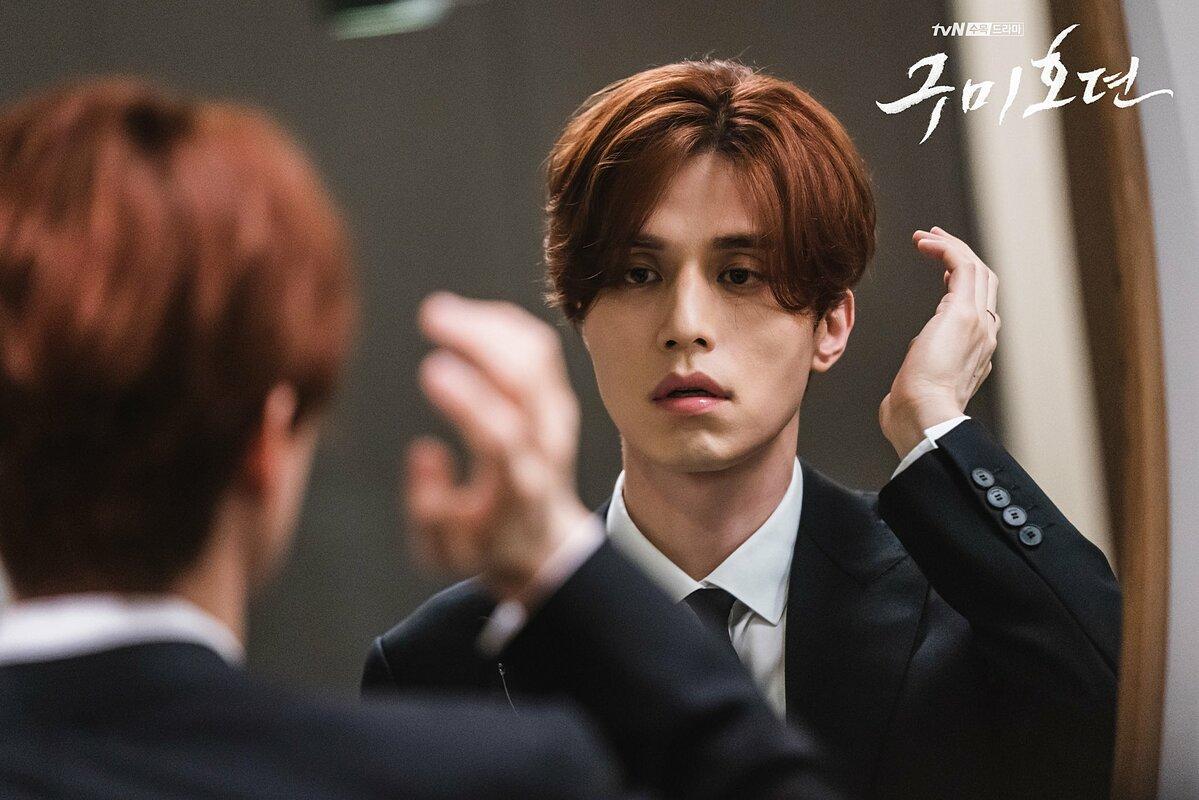Hồ ly tinh Lee Dong Wook khoe cơ bụng lấp ló trong phim mới - 12