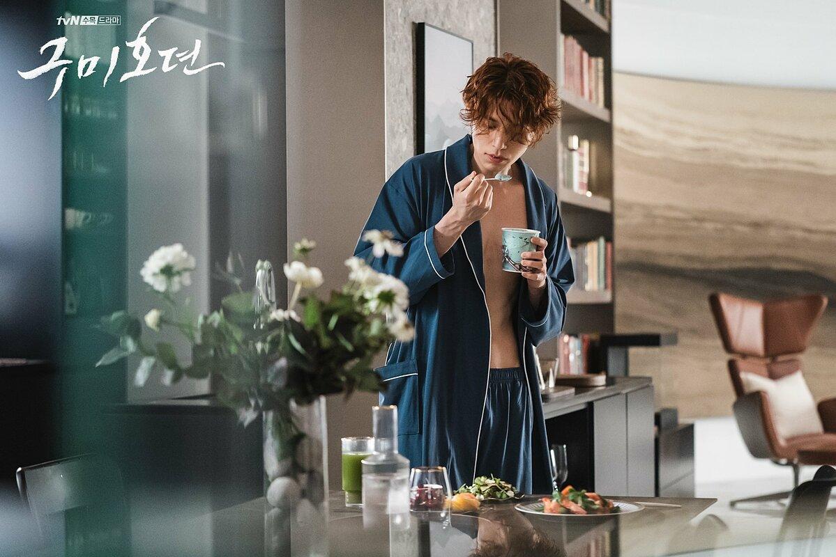 Lee Dong Wook giảm cân từ hồi đóng vai phản diện trong Stranger From Hell và vẫn giữ vóc dáng mảnh mai đó để vào bộ phim này. Vai Yi Yeon trong Tale of the Nine Tailed không chỉ là một hồ ly bình thường mà anh còn đảm nhận công việc xử lý những yêu quái không an phận, muốn làm phiền đến con người.