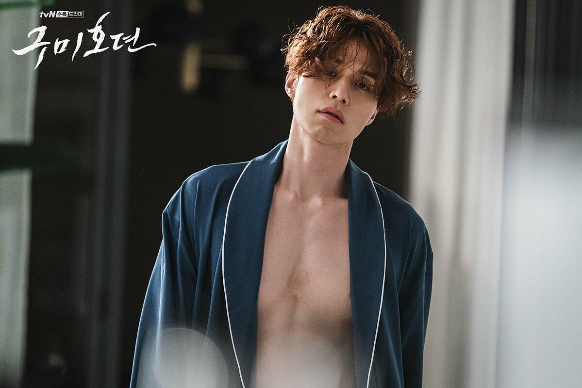 Vai diễn mới nhất của Lee Dong Wook là một gumiho (hồ ly tinh) có tên Yi Yeon trong drama Tale of the Nine Tailed. Những hình ảnh