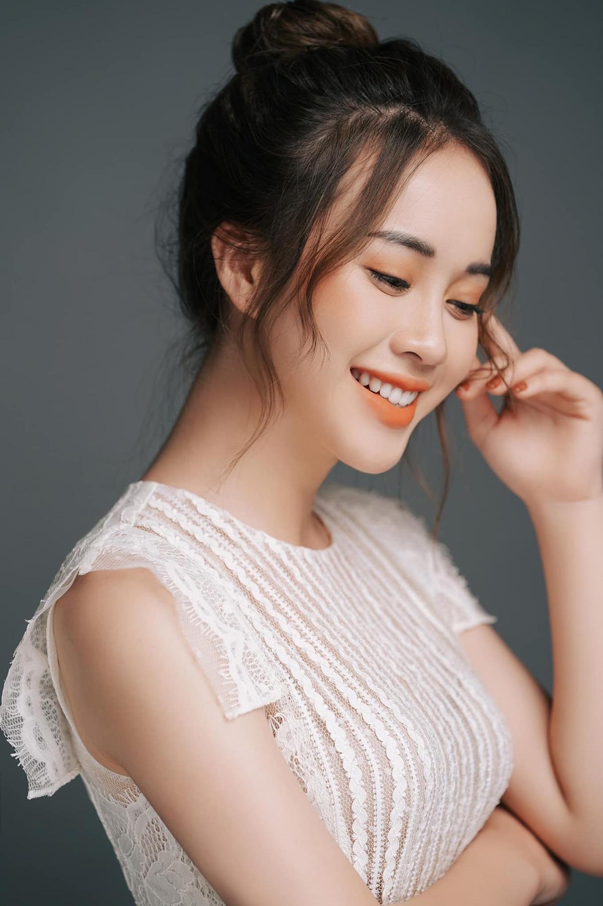 Có kinh nghiệm chụp hình thời trang, dẫn chương trình lâu năm, Mai Phương rất tự tin trước ống kính. Những bức hình của cô luôn toát lên vẻ thân thiện, gần gũi, phù hợp với hình tượng của Hoa hậu Việt Nam.