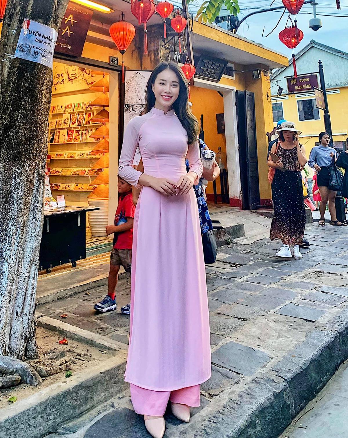 Áo dài cũng là một kiểu trang phục tôn vóc dáng, giúp Mai Phương khoe nhan sắc mong manh.