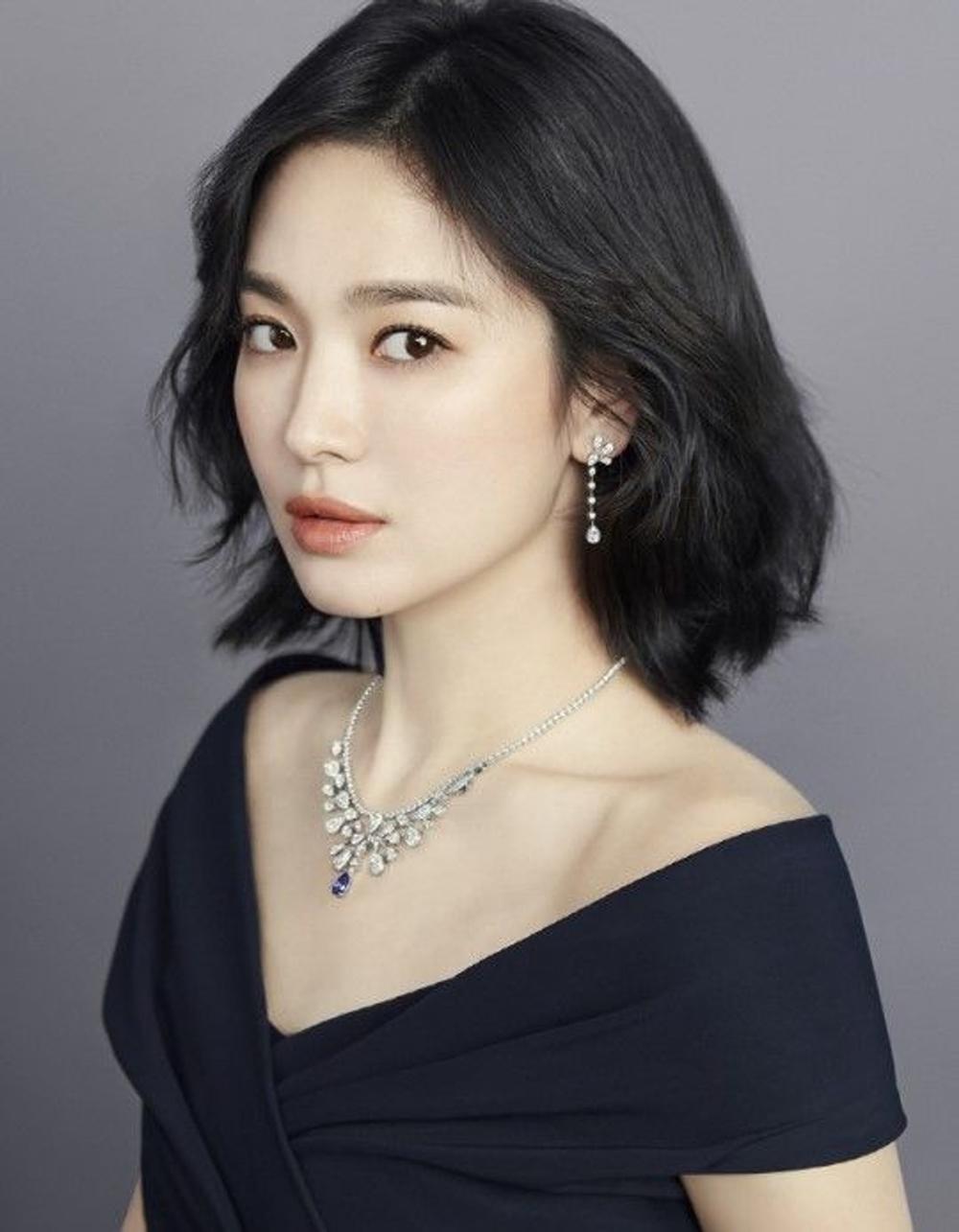 Song Hye Kyo từng đeo chiếc vòng giá 180.000 USD (hơn 4 tỷ đồng), thuộc BST Joséphine Aigrette Impériale của thương hiệu cao cấp Chaumet của Pháp.