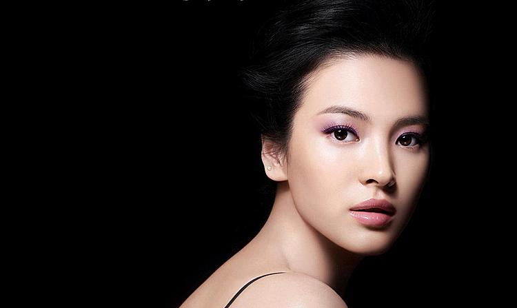 Song Hye Kyo là một trong những nữ diễn viên được trả lương cao nhất Hàn Quốc và là đại sứ thương hiệu cho các nhãn hàng xa xỉ.