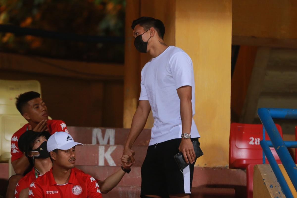 Cả hai trò chuyện rôm rả trước khi trận đấu bắt đầu.