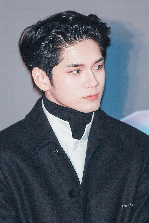 Fan khen ngợi anh giống một hoàng tử từ kiểu tóc tới trang phục. Ong Seong Woo trở thành mỹ nam hot nhất Wanna One trong đêm trao giải ngày hôm đó, khiến nhiều khán giả qua đường cũng phải trầm trồ trước nhan sắc.