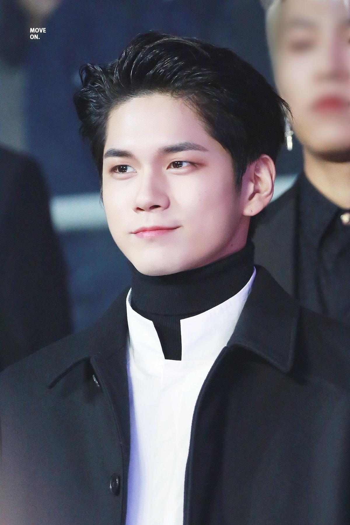 Tại lễ trao giải MBC Plus X Genie Music Awards 2018, Ong Seong Woo xuất hiện với mái tóc đen vuốt ngược khoe vầng trán nam tính và phong cách thời trang lịch lãm.