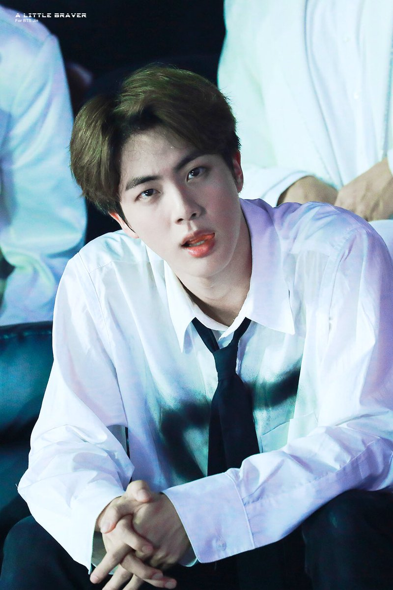 Người hâm mộ không thể rời mắt khỏi vẻ điển trai sáng ngời của Jin khi anh chàng xuất hiện trên sân khấu. Kiểu tóc vuốt ngược kết hợp cùng chiếc áo sơmi trắng và carvat mang đến cho nam idol diện mạo hút hồn như soái ca.