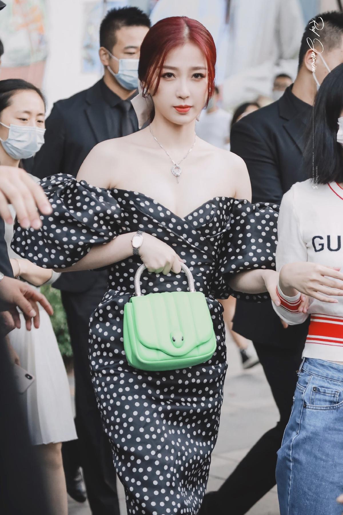Ngày 16/9, Ngu Thư Hân tham dự một sự kiện thời trang tại Thượng Hải. Mỹ nhân THE9 trở thành tâm điểm chú ý của người hâm mộ nhờ ngoại hình nổi bật.