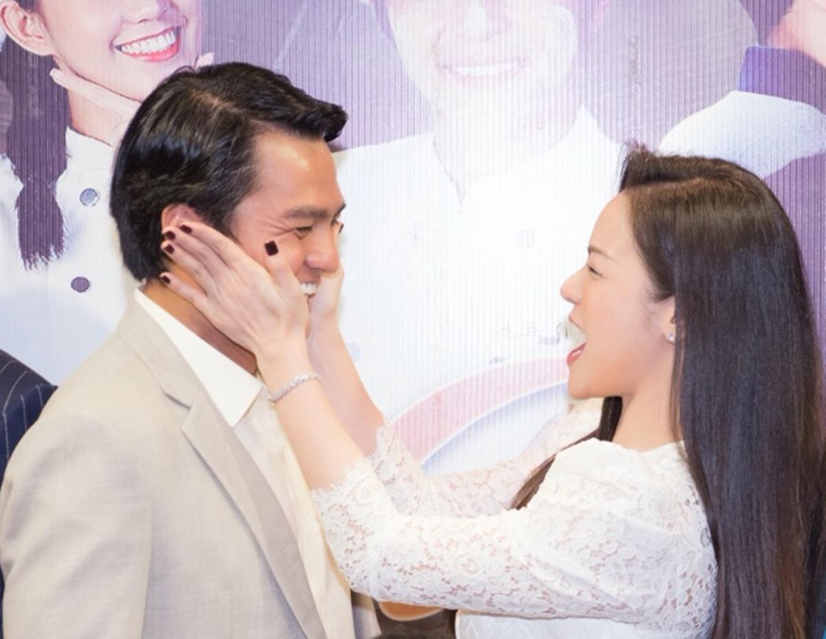 Nhật Kim Anh bẹo má đàn anh ở sự kiện. Trong phim, Cao Minh Đạt vào vai ông chủ hãng bánh mì lớn.