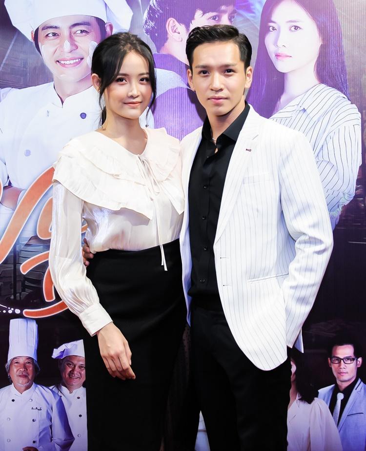 Trương Mỹ Nhân và Bạch Công Khanh đảm nhận những vai chính của phim.