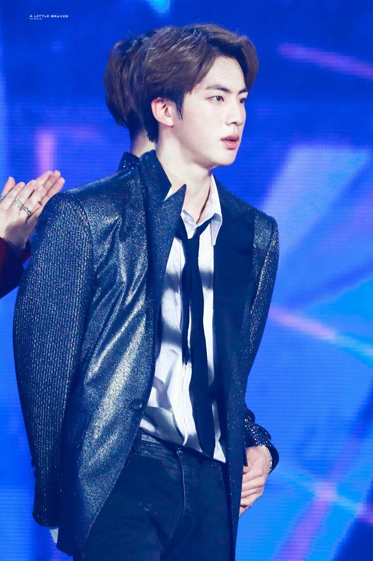 Cũng tại MBC Plus X Genie Music Awards 2018, một mỹ nam khác gây chú ý nhờ ngoại hình hoàn hảo là Jin của BTS.
