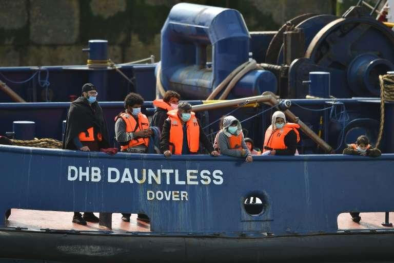 Khi cập cảng Dover, người di cư mất tháng trời để làm thủ tục giấy tờ cần thiết.