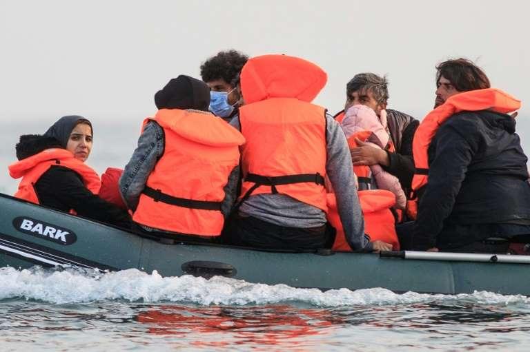 Những người di cư ngồi trên xuồng vượt biên trái phép qua eo biển Manche từ Pháp sang Anh. Ảnh: AFP.