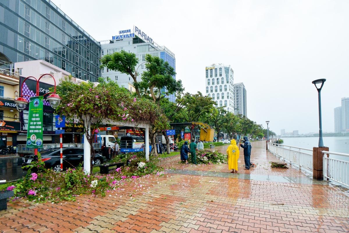 Nước ngập tại các khu vực trũng thấp ở trung tâm thành phố như bờ hồ Hàm Nghi nhanh chóng rút đi trong chiều 18/9, nhiều hoạt động buôn bán đã trở lại bình thường.