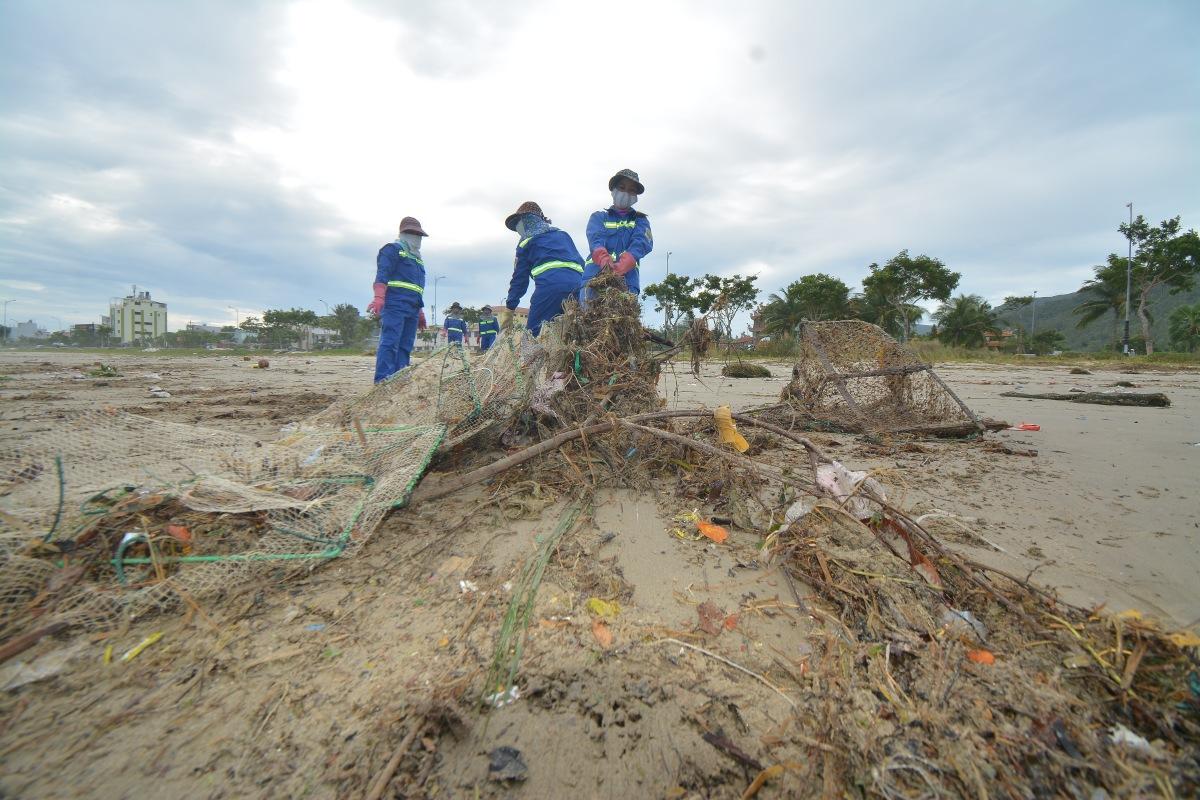 Dọc theo bờ biển Đà Nẵng, rác thải từ đầu nguồn tấp vào với số lượng lớn khiến công việc của công nhân vệ sinh môi trường vất vả hơn thường lệ.
