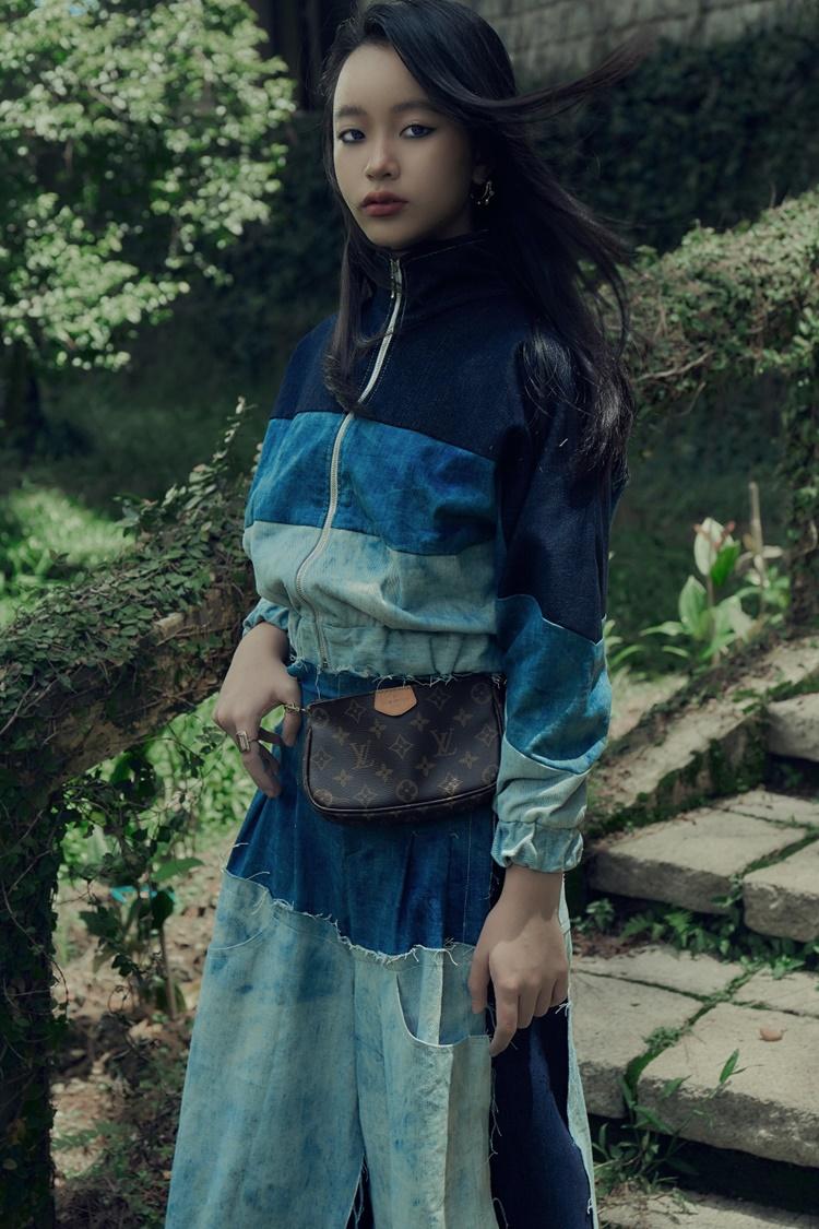 Bộ sưu tập mới của Ivan Trần tập trung vào những tông màu như xanh, đen, trắng. Trang phục xu hướng vintage tạo vẻ cá tính cho người mặc.