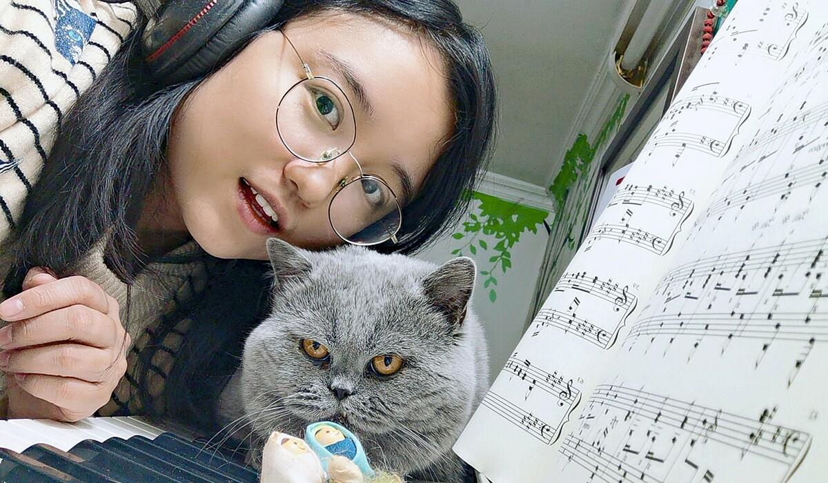 Mary Zhu chụp selfie với mèo cưng tại nhà.