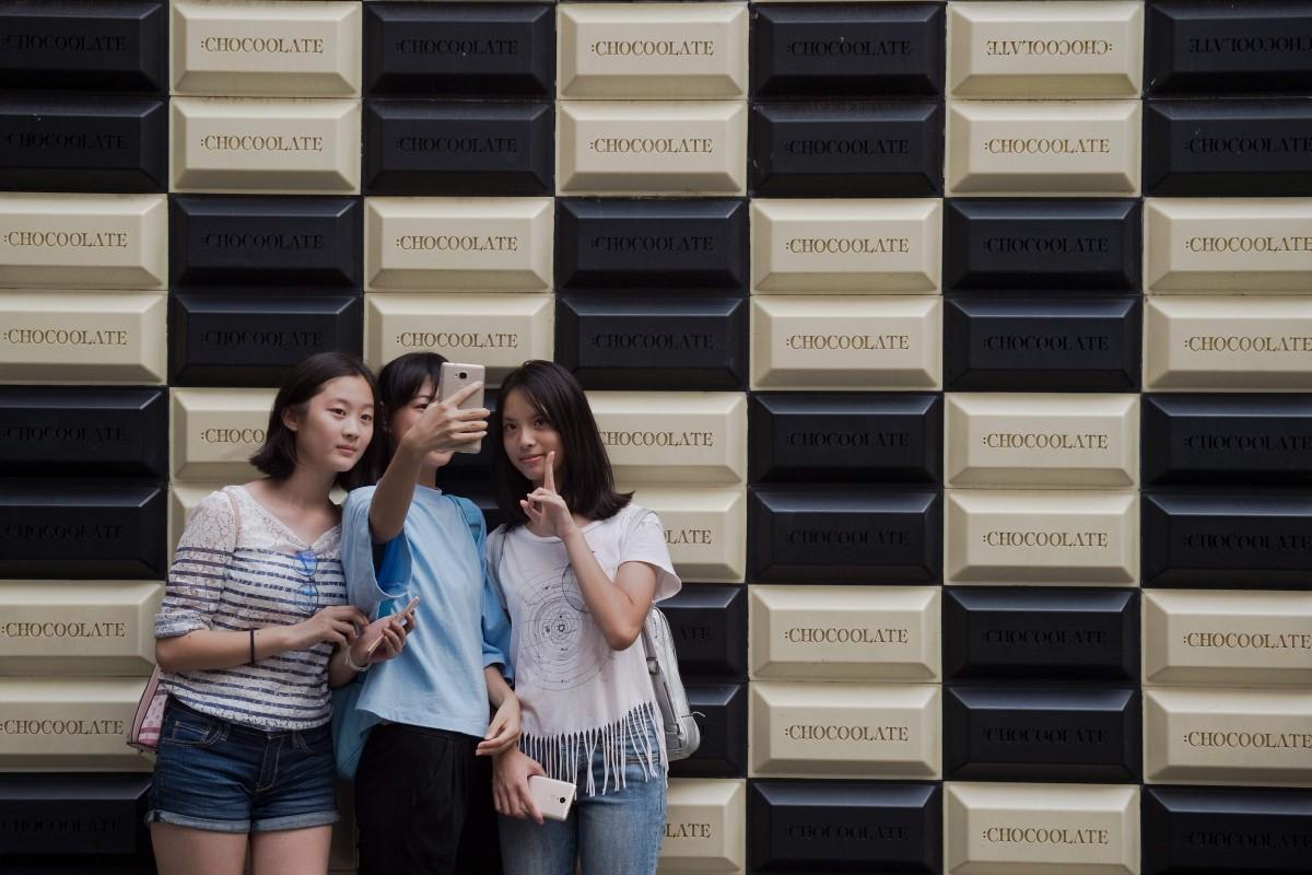 Nhiều bạn trẻ thích tụ tập giao lưu hơn hẹn hò. Ảnh: AFP.