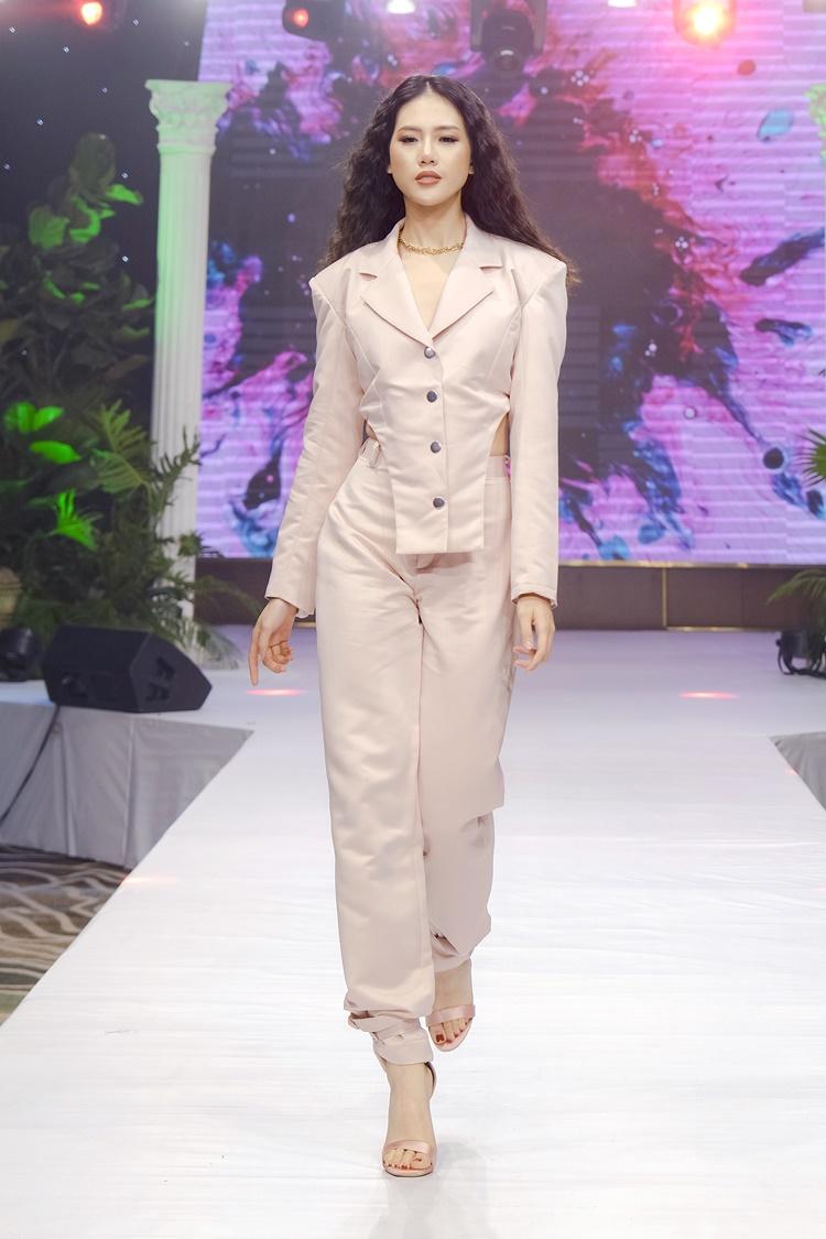 Siêu mẫu Quỳnh Hoa diện một thế kế nhẹ nhàng, hợp trend, có tính ứng dụng cao.