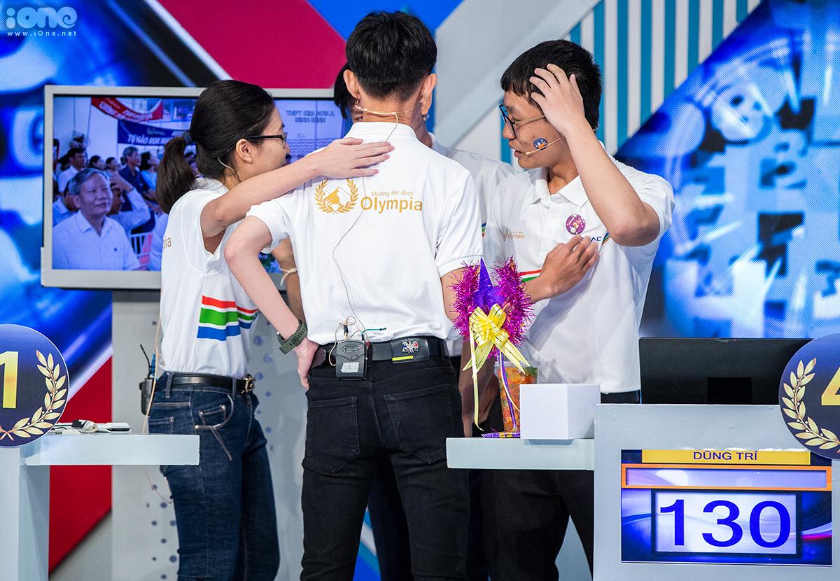Khoảnh khắc 4 thí sinh trao nhau những cái bắt tay ấm áp. Ảnh: Tùng Đinh