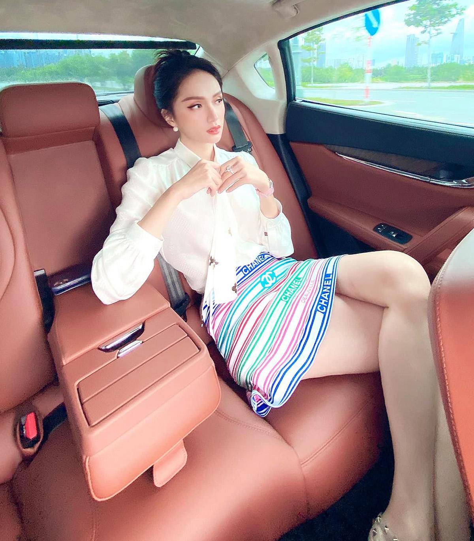 Vừa nhận chiếc xế hộp hơn 8 tỷ đồng chưa được bao lâu, Hương Giang tiếp tục chi số tiền khổng lồ để mua sắm. Mới đây, hoa hậu khoe ngồi trên chiếc siêu xe, diện cả cây hàng hiệu đi sắm đồng hồ mới.