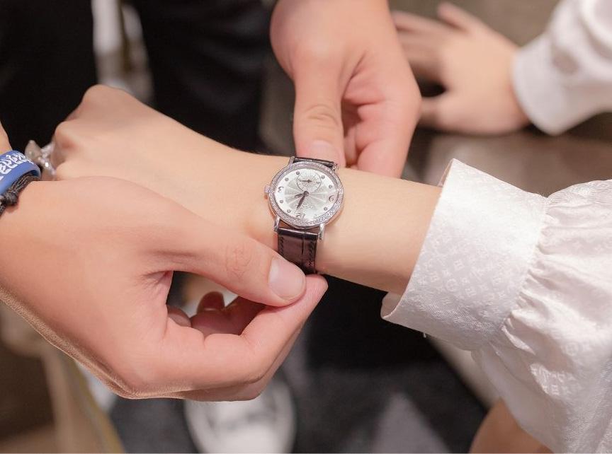 Patek Philippe là một trong những thương hiệu đồng hồ xa xỉ nhất thế giới và cũng là thương hiệu ruột của Hương Giang. Lần này, cô sắm mẫu Calatrava 18kt White Gold Diamond cũng được làm từ vàng và kim cương.