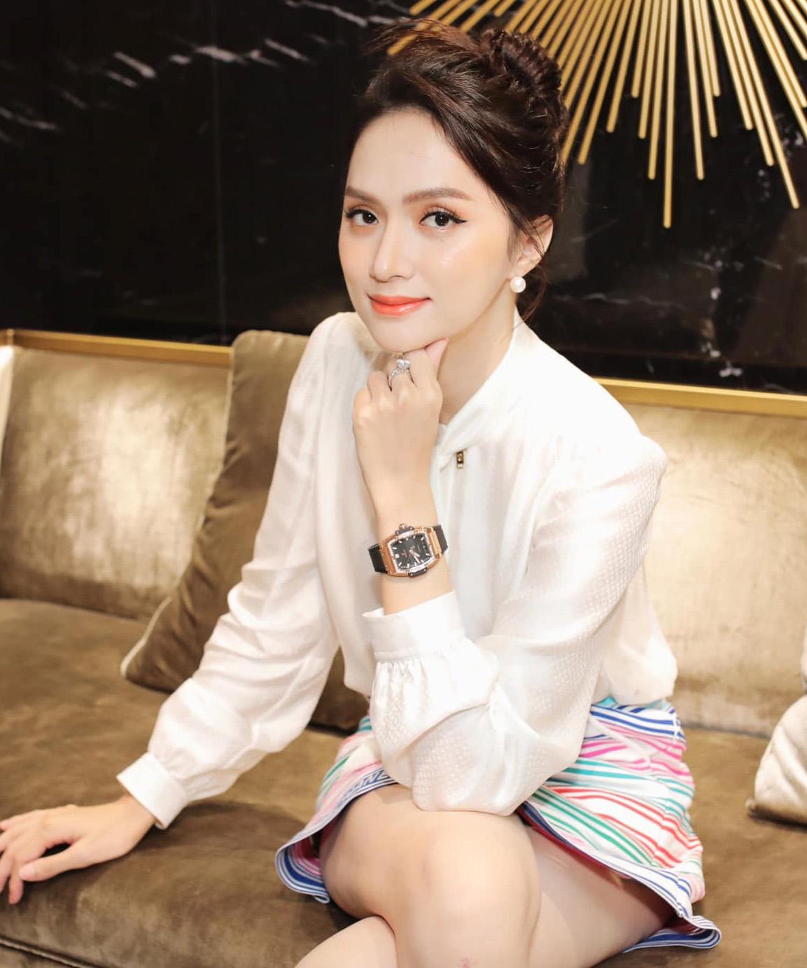Cùng một lúc, Hương Giang mua ba mẫu đồng hồ khác nhau với tổng giá trị lên tới hơn 2 tỷ đồng. Hoa hậu tiết lộ, cô là con nghiện đồng hồ nên luôn thích sưu tầm những mẫu hàng hiếm, đẳng cấp và sành điệu nhất.