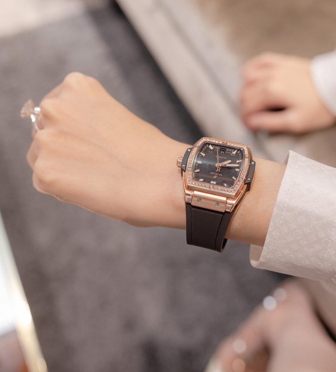 Mẫu đồng hồ Hublot Spririt of Big Bang King Gold Diamond có dây da màu đen, mặt to nạm kim cương, mang đến cho Hương Giang vẻ quyền lực đúng hình ảnh một nữ doanh nhân.