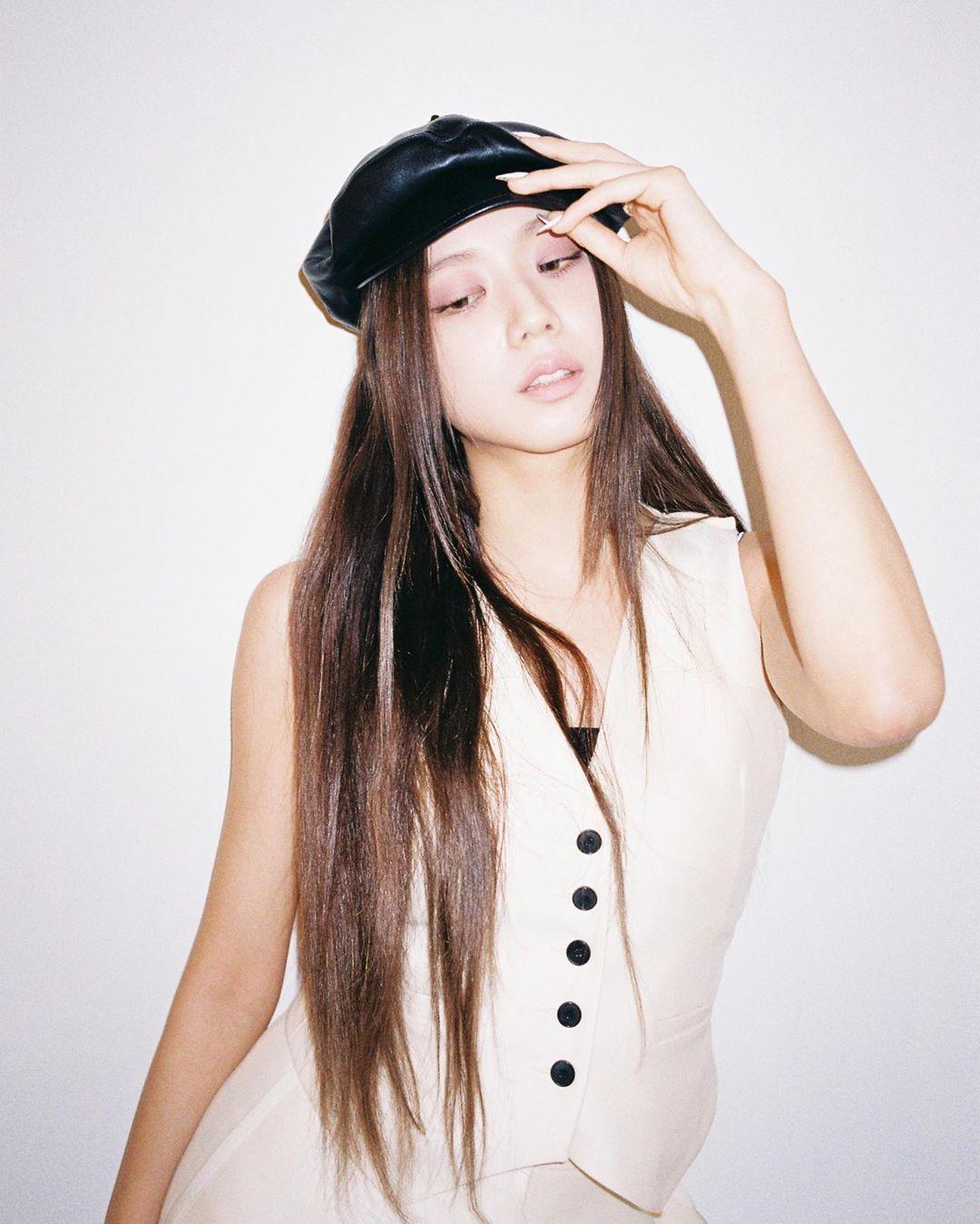 Ji Soo mặc gilet theo phong cách mạnh mẽ, đúng tinh thần mà nhà mốt Dior năm nay muốn truyền tải. Cô kết hợp cùng mũ newsboy để thêm phần cá tính.