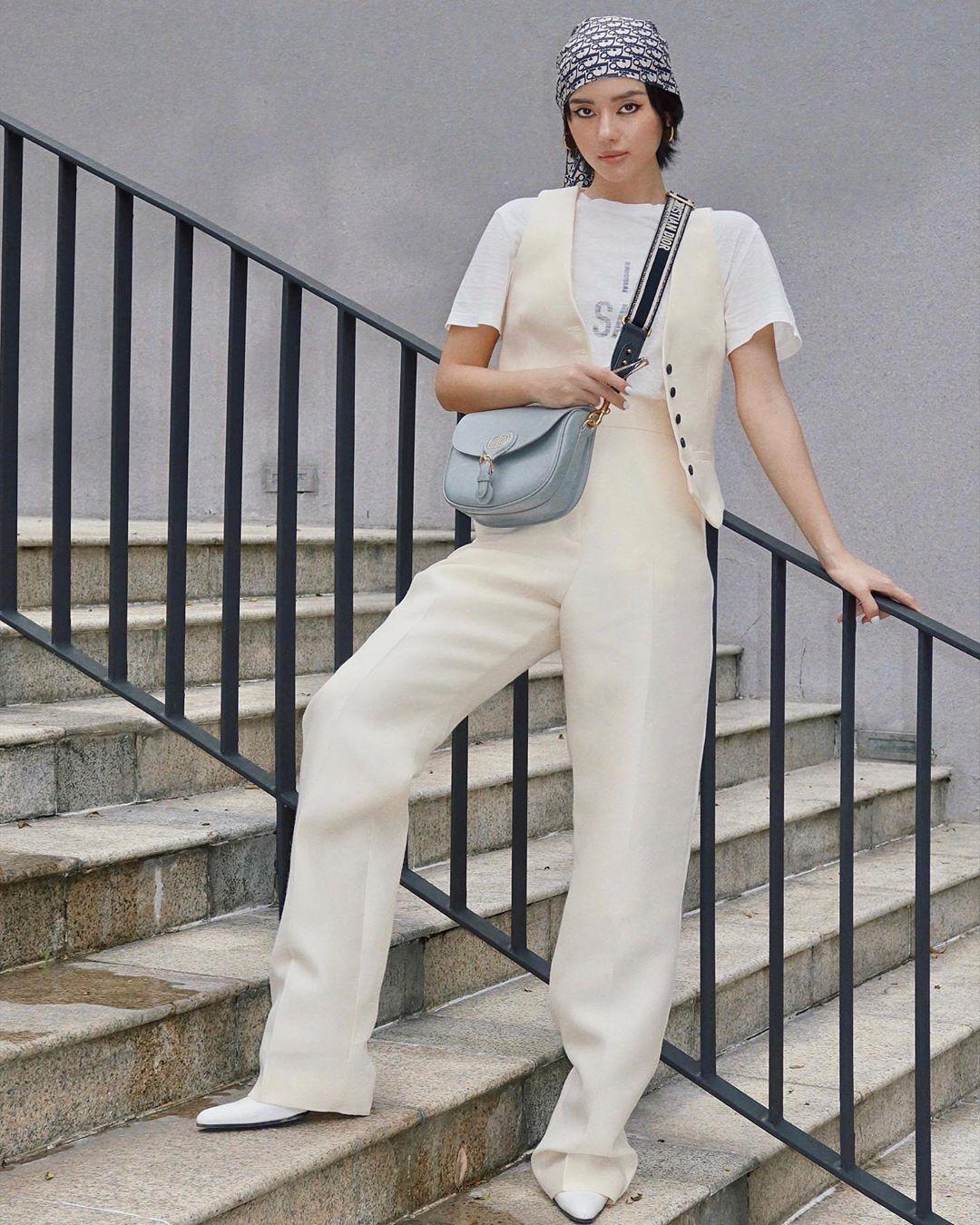 Set đồ Dior với gilet và quần suông tạo nên cuộc đụng độ giữa Khánh Linh...