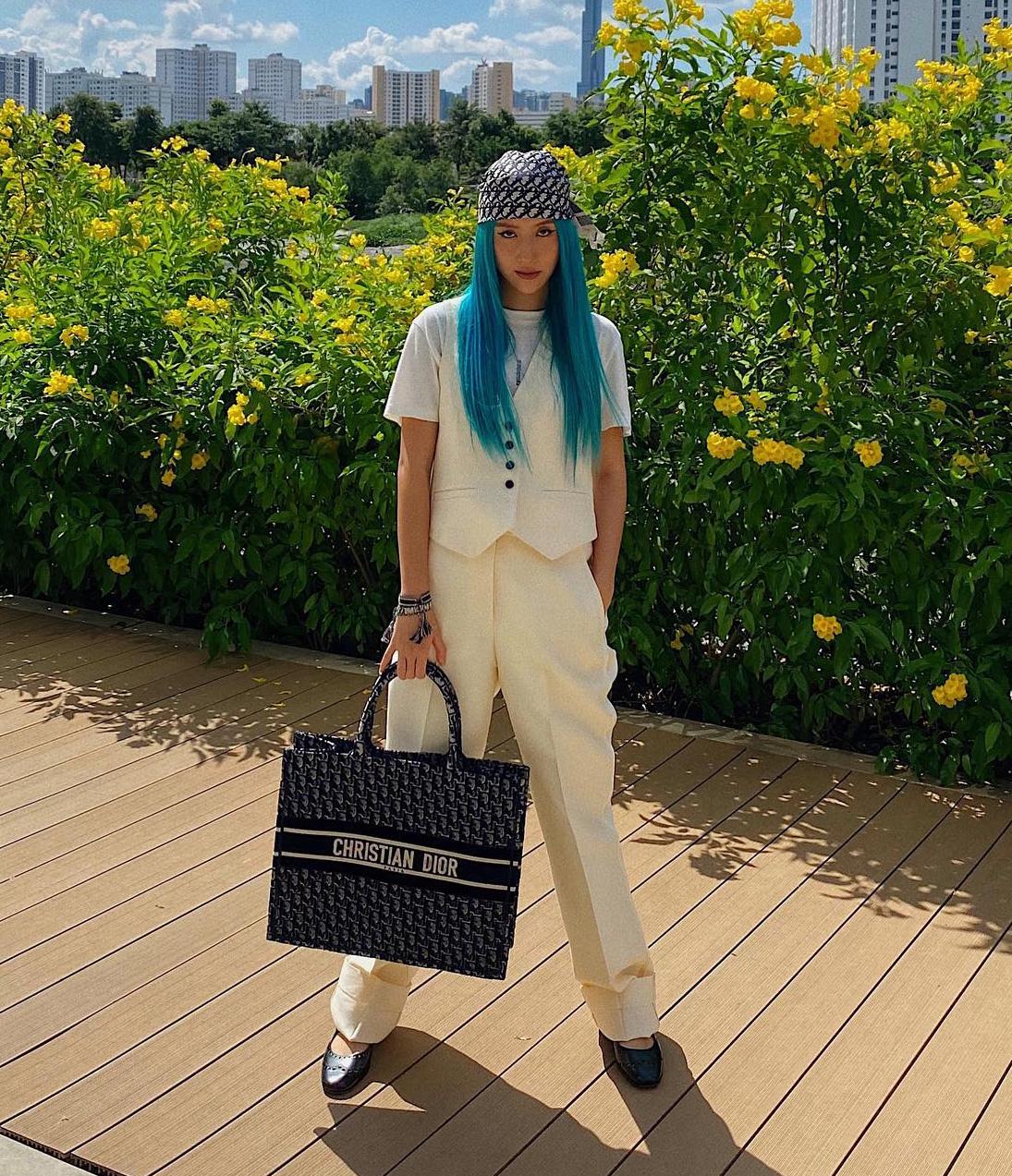 ... và Quỳnh Anh Shyn. Hai nàng fashionista có cách diện tương tự nhau khi đồng loạt tạo điểm nhấn với khăn trùm đầu như cướp biển.